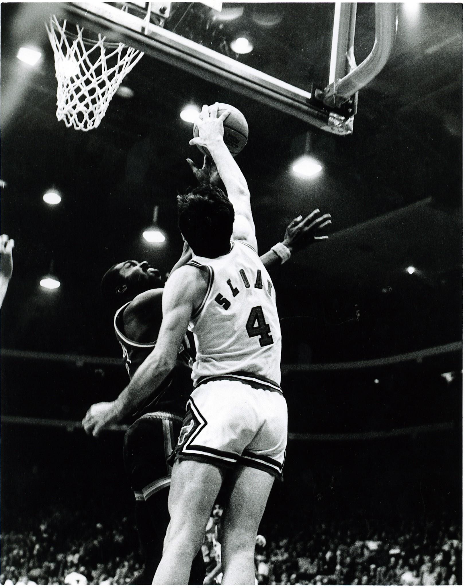 1975-01-18 - v NYK - Jerry Sloan blocks Earl Monroe (Billy Franklin)