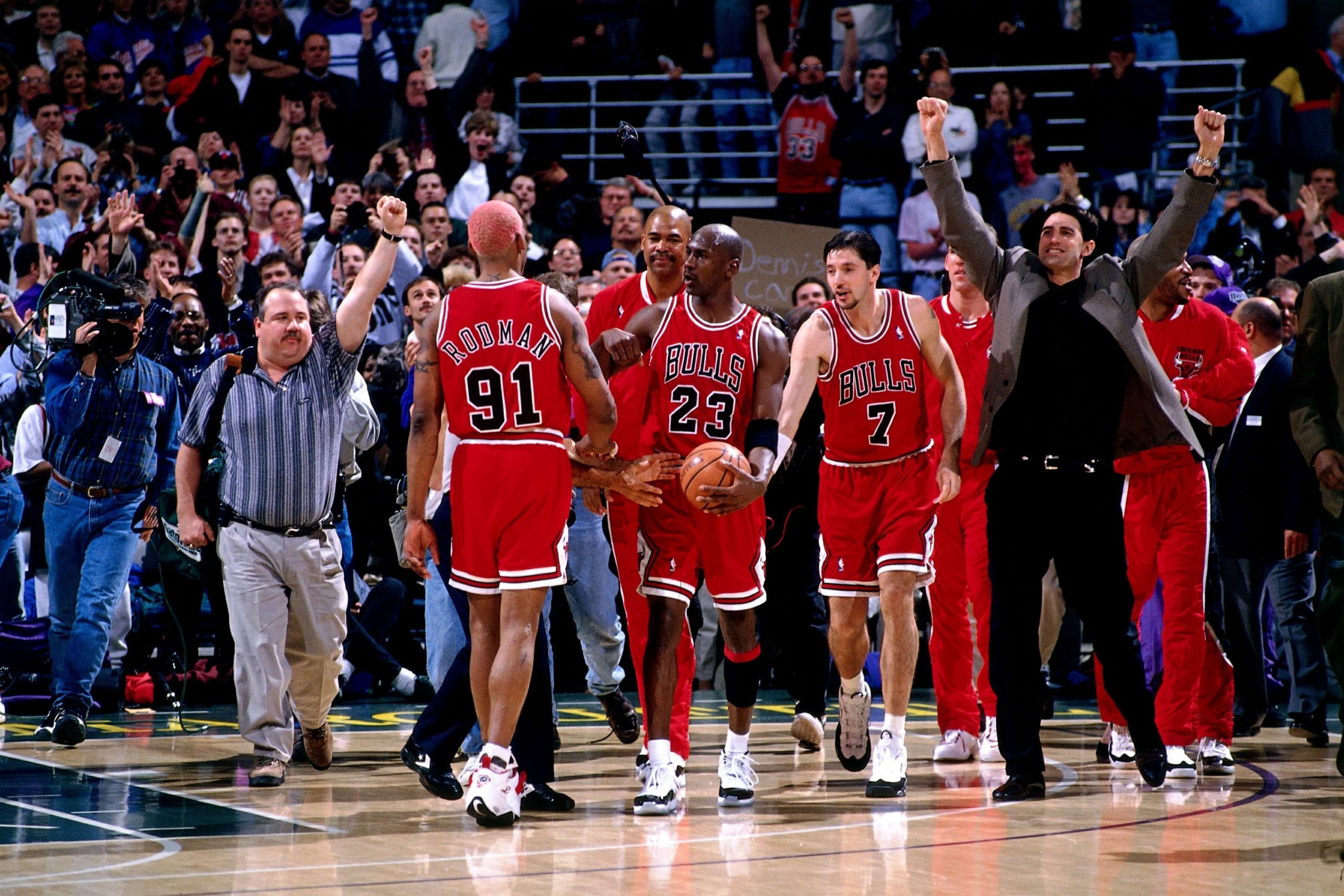 size 40 0e8bf 46186 1996 Team - 70 Wins v MLW 04-16-96 (NBAE Andrew Bernstein. The Bulls went  out on ...