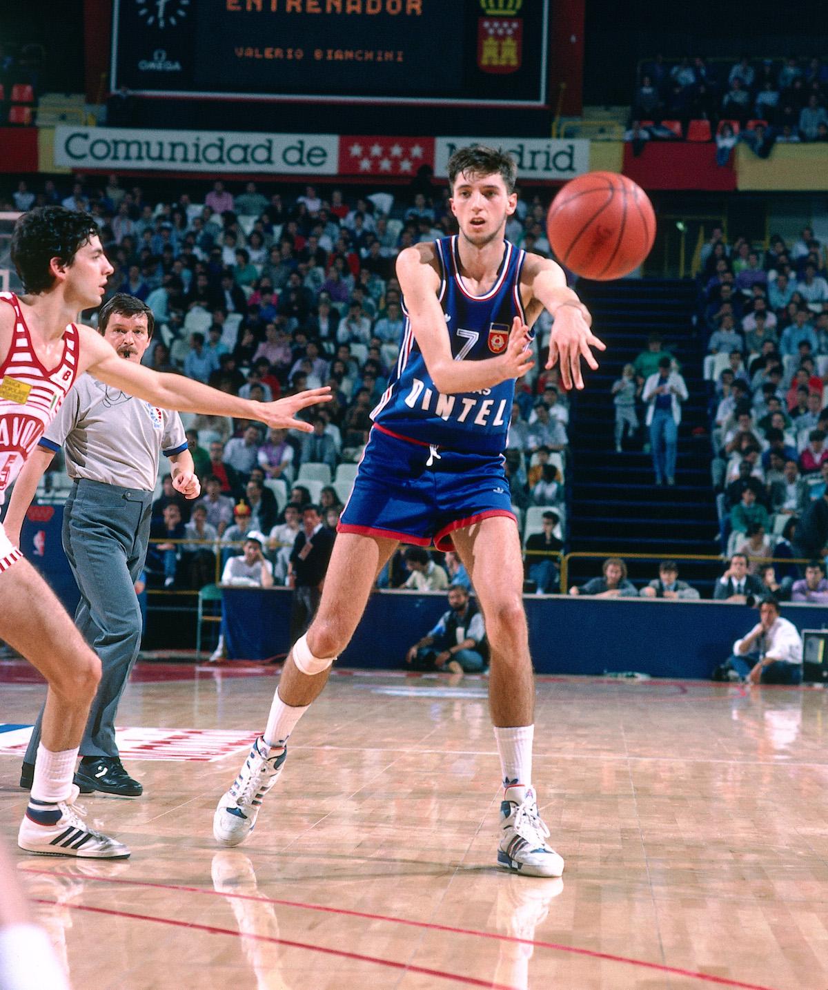 Toni Kukoc #7 passes the ball in the 1988 Yugoslavia vs. Scavolini Pesaro game
